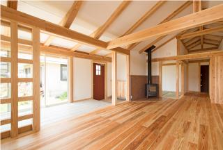 薪ストーブとサンルームのある平屋のお家/玄関土間とリビング